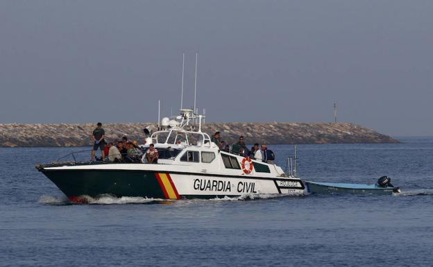 Barco de Guardia Civil durante un rescate en la costa almeriense. /Ideal