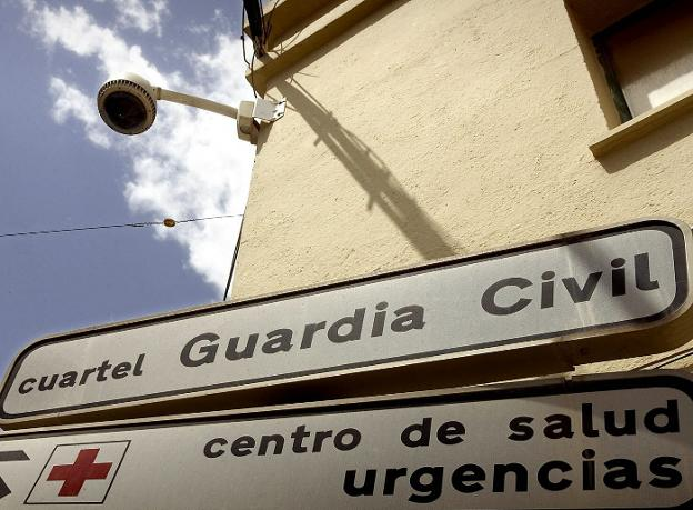 Indicaciones del cuartel de Guardia Civil de Roquetas. /IDEAL