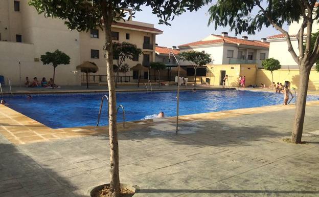 alhend n ofrece piscina gratis a los estudiantes que hayan