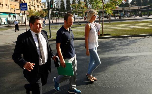 El ex marido de juana rivas llega a los juzgados ideal for Juzgado de guadix