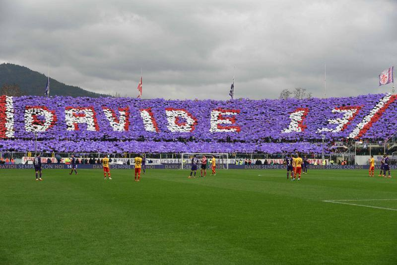 Espectacular el homenaje del estadio italiano a Davide Astori./EFE