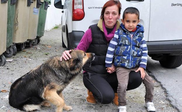 Esta es la nueva familia de la perra protagonosta de la historia.