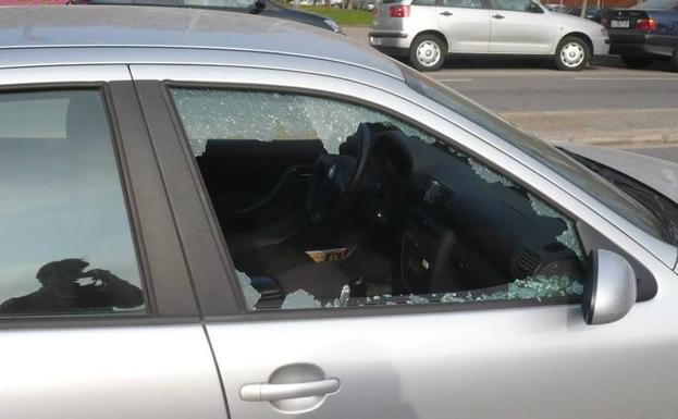 Importante aviso de la Guardia Civil: «No lo dudes: si es necesario, rompe el cristal del coche»