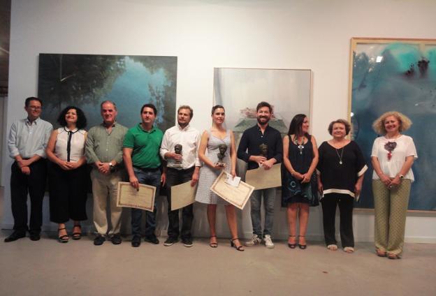 Ganadores con autoridades ante los cuadros premiados. /J. A. G-M.