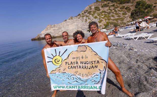 Jesús, Pedro, Agar y Ricardo, de la Asociación Amigos de la playa Nudista de Cantarriján posan para IDEAL en la espectacular playa herradureña. /Javier Martín