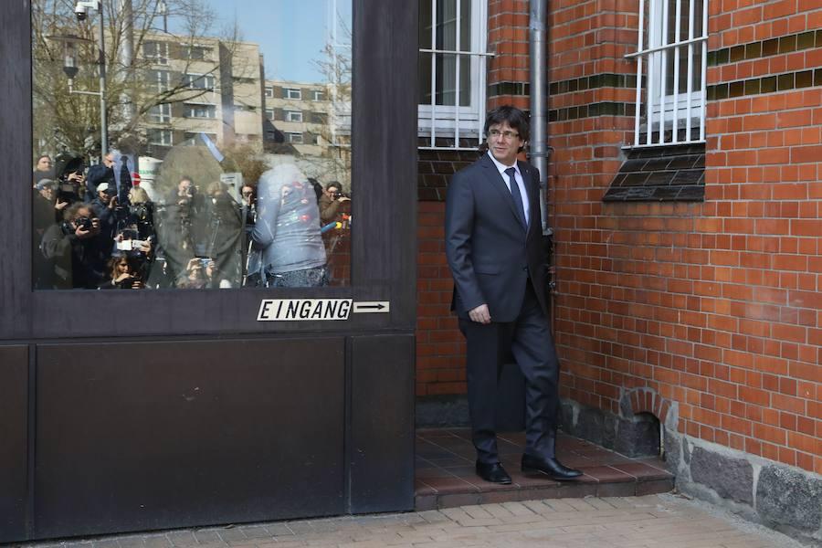 El expresidente de la Generalitat de Cataluña, Carles Puigdemont, abandona la cárcel de Neumünster en Alemania tras ser detenido en aplicación de la euroorden dictada por España./Archivo