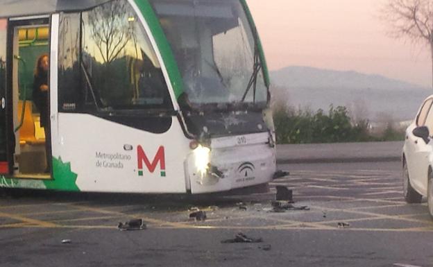 Así ha sido el accidente de un camión con el metro de Granada.