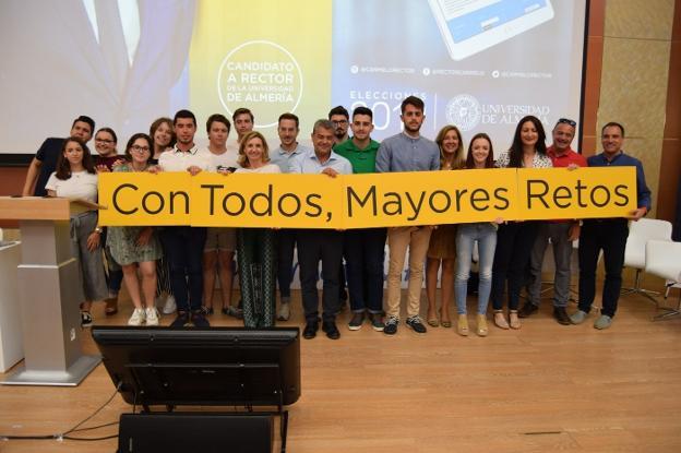 Rodríguez Torreblanca estuvo acompañado del que ha sido su equipo de gobierno, personal, docentes y alumnos./PRESSSPORT