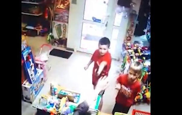 Una Pistola ViralDos De Tienda 'atracan' Niños Vídeo Con uPiOkXZT