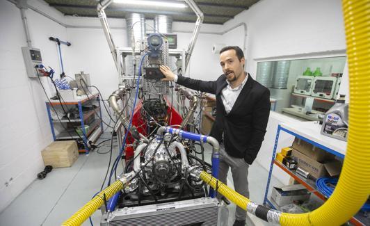 Juan Garrido, en la sala de pruebas del motor./A. AGUILAR