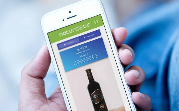 Usuario escanea un producto con la App Naturcode./