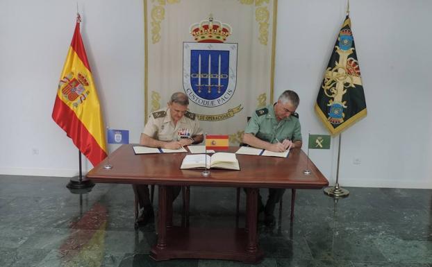 Momento de la firma del convenio de apoyo a la misión./IDEAL