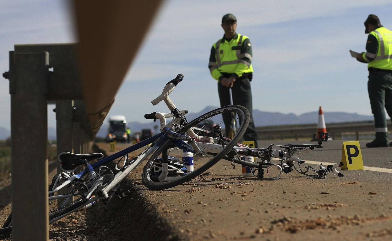 Hayan el cadáver de un gordo en bicicleta
