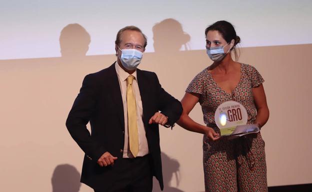 Paula García, gerente de O-Med, recibe el galardón de manos de Diego Vargas, director general de IDEAL.
