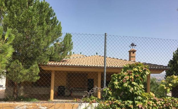 Casa ocupada de forma ilegal en la urbanización Los Cerezos de Gójar/ALFREDO AGUILAR