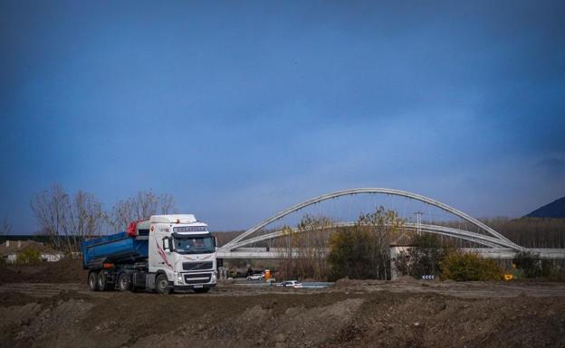 Los trabajos siguen junto al puente sobre el río Genil.