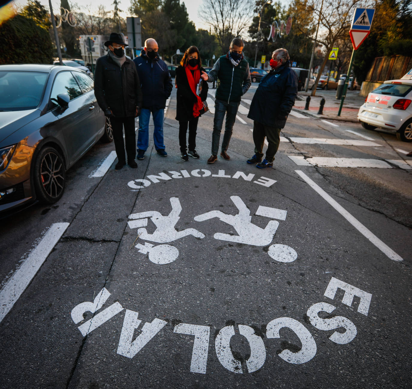El concejal y representantes del área de Seguridad Vial y los vecinos, junto al nuevo logotipo.