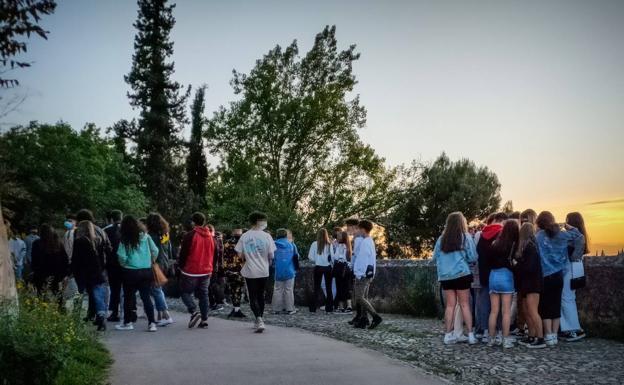 Los jóvenes se distribuyeron por todo el camino en grupúsculos de alrededor de diez personas.