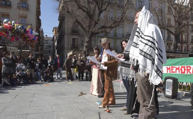 Miembros de diferentes colectivos y varias lenguas recuerdan en 20121 con una lectura de poemas la quema de libros andalusíes en la Plaza de Bib Rambla.
