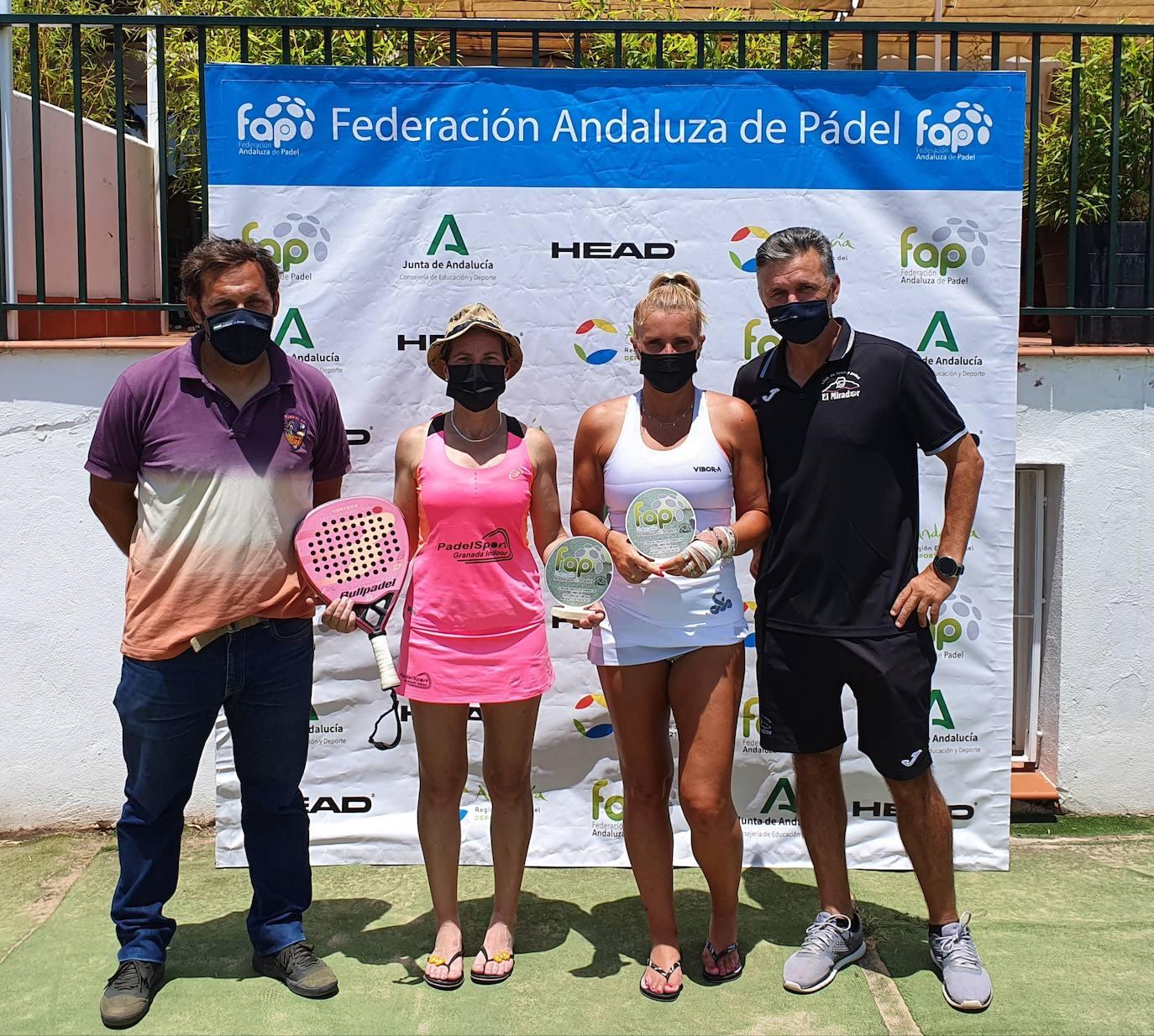 Delfi Guerrero y Marisa Pérez posan tras ganar el torneo. /G. C.