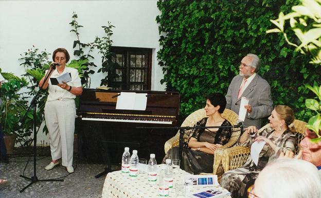 En la casa natal de Federico, junto a Juan de Loxa y María Dolores Pradera.