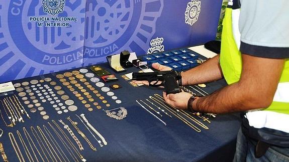 5d1bcfe7af93 Detenido un joyero que lideraba un grupo criminal que atracaba a  representantes de joyería